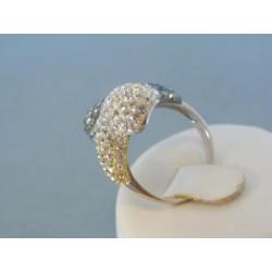 Strieborný prsteň ozdobený krištálikmi elegantný DPS50797
