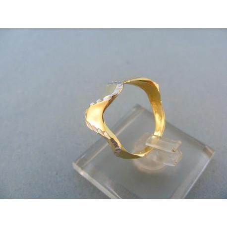 Okuzľujúci dámsky prsteň v dvojfarebnom zlate vzorovaný
