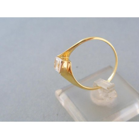 Jemný zlatý prsteň v žltom zlate zirkón