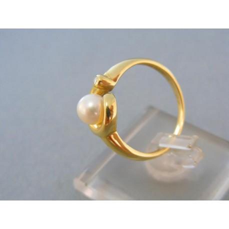 Prsteň s krásnou perlou a kamienkom žlté zlato
