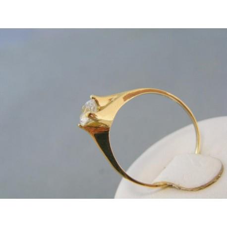 Jednoduchý zlatý prsteň s kamienkom v korunke