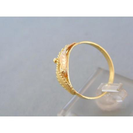 Krásny zlatý prsteň žlté červené zlato vzorovaný povrch